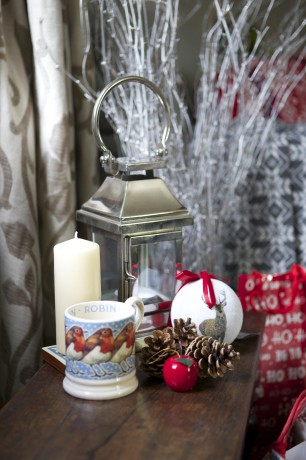 Lantern, robin mug and reindeer bauble